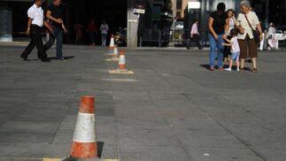 Los obreros han tapado las losetas deterioradas en la Encarnación desniveladas con conos.  Foto: Victoria Hidalgo
