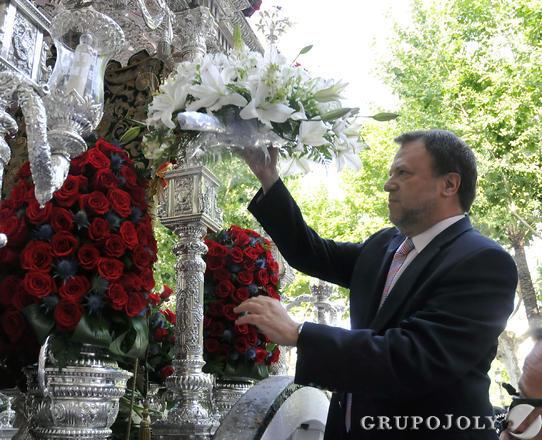 El alcalde en funciones, Alfredo Sánchez Monteseirín, entrega un ramo de flores al simpecado.  Foto: Juan Carlos Vázquez