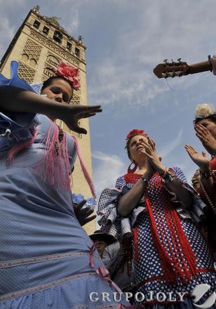Bailes por sevillanas junto a la Giralda.  Foto: Juan Carlos Vázquez