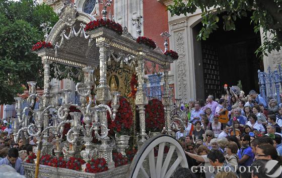 La careta con el simpecado de la Hermandad de Sevilla sale de la Iglesia del Salvador.  Foto: Juan Carlos Vázquez