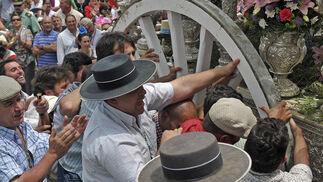 La Hermandad del Rocío de Villanueva del Ariscal en el tradicional paso por Villamanrique.  Foto: Juan Carlos Vázquez