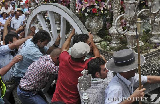 La Hermandad del Rocío de Villanueva del Ariscal en el tradicional paso Villamanrique.  Foto: Juan Carlos Vázquez