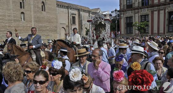 Miles de fieles, a pie y a caballo, acompañan al simpecado por las calles del centro.  Foto: Juan Carlos Vázquez