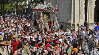 Miles de fieles acompañan al simpecado por las calles del centro.  Foto: Juan Carlos Vázquez