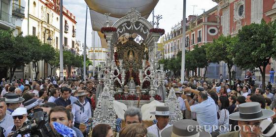 El simpecado en la Plaza del Salvador.  Foto: Juan Carlos Vázquez