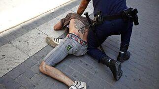 La carga policial contra los 'indignados' de Valencia, en imágenes  Foto: EFE