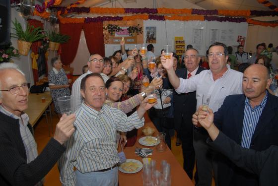 Brindis en una de las casetas en las que se celebró una comida entre amigos  Foto: Paco P./Sonia Ramos