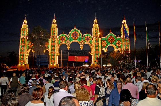 Numerosas personas asistieron al acto del encendido del recinto ferial  Foto: Paco P./Sonia Ramos