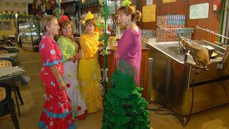 Un grupo de mujeres vestidas de flamenca en una de las casetasNume  Foto: Paco P./Sonia Ramos