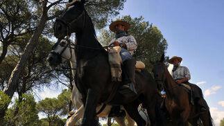 La Hermandad del Rocío de Triana a su paso por la Raya Real antes de llegar a la aldea almonteña.  Foto: Juan Carlos Vázquez