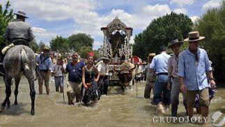 La Hermandad de Sevilla cruza el Quema camino del Rocío.  Foto: Juan Carlos Vázquez