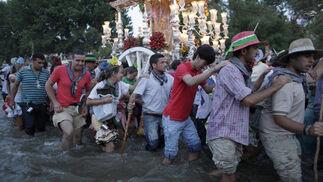 La Hermandad de Triana protagoniza con cientos de peregrinos el multitudinario rito.  Foto: Antonio Pizarro
