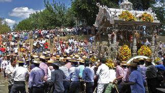 Los romeros macarenos a su paso por el Quema camino del Rocío.  Foto: Juan Carlos Vázquez
