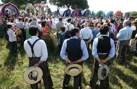 Un grupo de romeros ayer durante la misa que ofició el obispo José Mazuelos en Marismillas, para las hermandades de El Puerto y Jerez.   Foto: Pascual