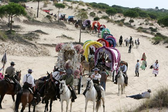El dificultoso discurrir de la caravana rociera jerezana a través de las arenas del Coto.   Foto: Pascual