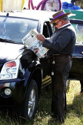 Un rociero leyendo en el Coto Diario de Jerez.  Foto: Pascual