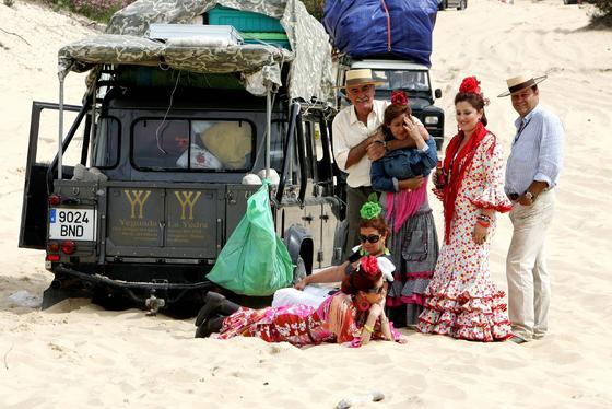 Un grupo de romeros se toma un pequeño descanso en las arenas pero sin alejarse del todoterreno.  Foto: Pascual