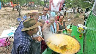 Un grupo de romeros prepara una paella durante un rengue  Foto: Pascual
