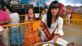 La Chiclanera Mayor reparte 'papas' con chocos en la caseta municipal  Foto: Paco P./Sonia Ramos