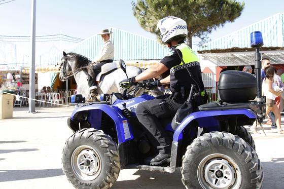 Un agente de la Policía Local en el recinto ferial  Foto: Paco P./Sonia Ramos