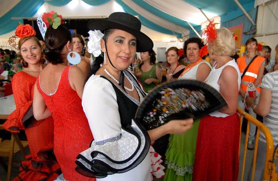 Durante el día de la mujer fueron muchas las que acudieron vestidas del flamenca a la feria  Foto: Paco P./Sonia Ramos