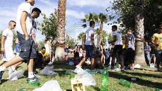 Los jóvenes se decantaron, un año más, por el típico botellón en la entrada del recinto  Foto: Paco P./Sonia Ramos