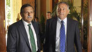 El administrador judicial, José Antonio Bosch, con el presidente del Betis, Rafael Gordillo.  Foto: Antonio Pizarro - Manuel Gómez