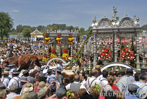 Las hermandades de Bollullos y La Palma del Condado entraron juntas.  Foto: Juan Carlos Vázquez