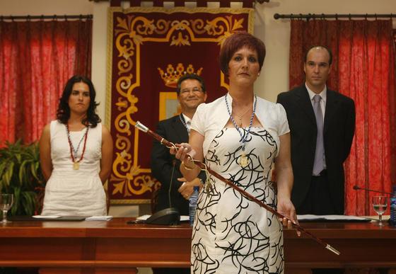 Isabel María Fernández Orihuela de IU es la nueva alcaldesa de Chipiona, ya que en el pleno el PSOE ha dado sus votos a IU para impedir que gobierne el PP, que consiguió ocho concejales en las elecciones, por siete del PSOE y dos de IU.