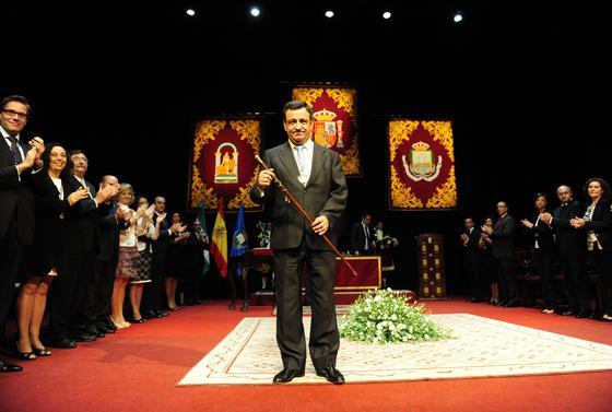 El teatro de Las Cortes de San Fernando acogió la investidura de José Loaiza (PP) como regidor del Consistorio isleño  Foto: Elias Pimentel