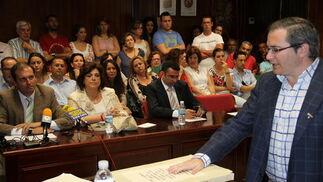Los tres concejales de IU en el Ayuntamiento de Alcalá de los Gazules han materializado  su pacto con el PP votando como alcalde al popular Julio Toscano