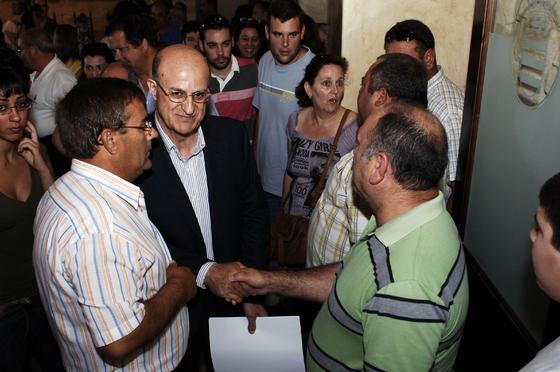 Juan Sevillano (PSOE) es felicitado tras obtener la alcaldía de Bornos