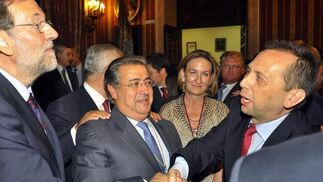 Rajoy saluda a José Antonio Carrizosa, director de Diario de Sevilla y director de publicaciones de Grupo Joly, ante Juan Ignacio Zoido.  Foto: Antonio Pizarro - Manuel Gómez
