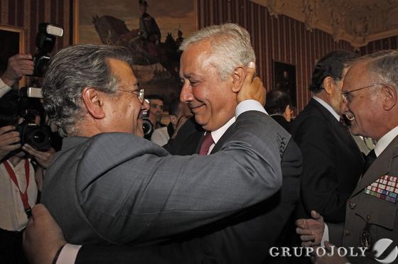 Arenas felicita a Zoido.  Foto: Antonio Pizarro - Manuel Gómez