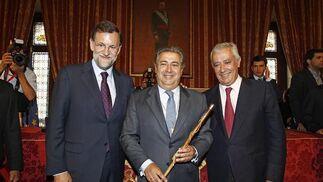 Zoido, con el bastón de mando flanqueado por Rajoy y Arenas.  Foto: Antonio Pizarro - Manuel Gómez