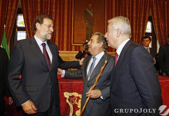 Zoido, con el bastón de mando junto a Rajoy y Arenas.  Foto: Antonio Pizarro - Manuel Gómez