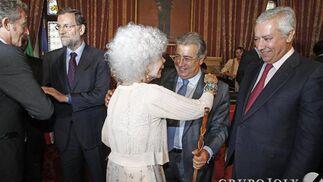 La Duquesa de Alba felicita a Zoido.  Foto: Antonio Pizarro - Manuel Gómez