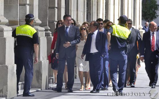 Espadas llega al Ayuntamiento entre silbidos.  Foto: Manuel Gomez