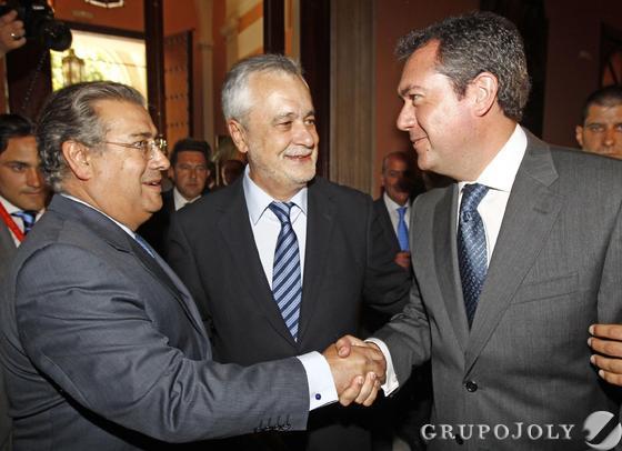 Zoido y Espadas se saludan ante Griñán  Foto: Antonio Pizarro - Manuel Gómez