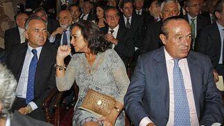 Rafael Gordillo conversa con Carmen Tello junto a Curro Romero.  Foto: Antonio Pizarro - Manuel Gómez
