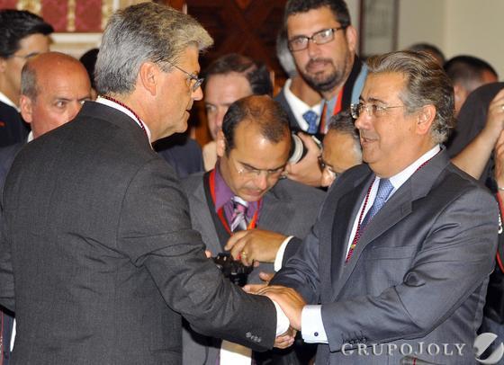 Zoido saluda a su número 2, Javier Landa.  Foto: Antonio Pizarro - Manuel Gómez