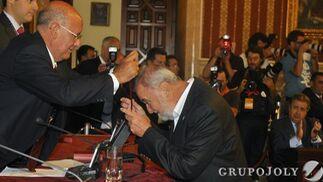 Torrijos recibe la medalla capitular.  Foto: Antonio Pizarro - Manuel Gómez