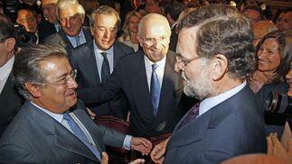 Rajoy felicita a Zoido ante Uruñuela.  Foto: Antonio Pizarro - Manuel Gómez