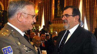 Virgilio Sañudo, teniente general Jefe de la Fuerza Terrestre, junto al expresidente de la Junta de Andalucía José Rodríguez de la Borbolla.  Foto: Antonio Pizarro - Manuel Gómez