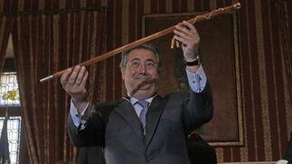 Zoido, con el bastón de mando.  Foto: Antonio Pizarro - Manuel Gómez