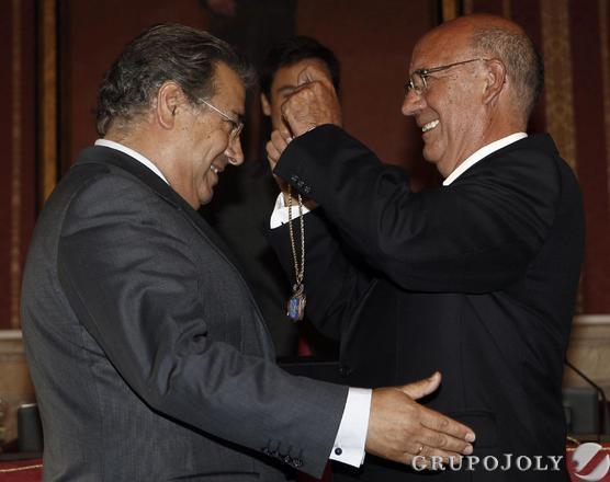 Zoido recibe la medalla capitular.  Foto: Antonio Pizarro - Manuel Gómez