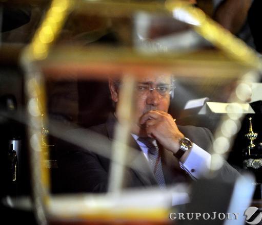 Zoido observa la urna en el Pleno de investidura.  Foto: Antonio Pizarro - Manuel Gómez