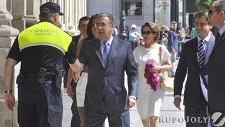 Zoido llega al Ayuntamiento entre silbidos.  Foto: Manuel Gómez