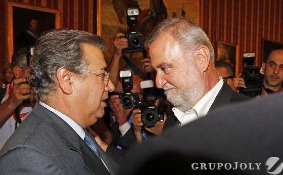 Zoido, hablando con Torrijos.  Foto: Antonio Pizarro - Manuel Gómez