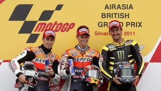 Andrea Dovizioso, segundo en Silverstone; Casey Stoner, primero, y Colin Edwards, tercero.  Foto: EFE